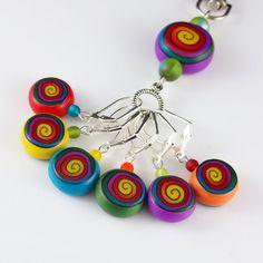 7 Stück Stich Marker set aus unserer Kollektion Rainbow Lollipop ist ein lustiges Accessoire für Ihr häkeln. Jedes Stück ist nicht gemalt, sondern erstellt im Ton selbst von unserem eigenen Rezept Farbmischungen und Stöcke (siehe letztes Foto). Diese Marker sind sehr leicht, so dass keine Schlepper oder ziehen Sie Ihre Arbeit. Das Muster an den Stich-Markierung-Perlen auf beiden Seiten gleich und ziemlich Böhmische Glasperlen im Vordergrund für diese zusätzliche Farbe haben. Jeder Reiz ist…