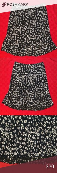 """Max Studio Trumpet Stretch Skirt Size S This is pre-owned in good condition. No holes or stains.   Waist: 29"""" Length: 22"""" Front & 24"""" Back  BT4 Max Studio Skirts Midi"""