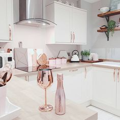 Newest Screen rose gold kitchen decor Thoughts Using the summer months ending, you're ready start making the drop season. Many many families love this partic. Home Decor Kitchen, Kitchen Interior, Home Kitchens, Küchen Design, Home Design, Interior Design, Rose Gold Kitchen Accessories, Rose Gold Decor, Kitchen Handles