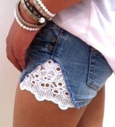 Lace Shorts DIY - must try! Looks really easy! Diy Shorts, Diy Jeans, Lace Shorts, Jeans Refashion, Short Shorts, Short Jeans, Reuse Jeans, Fringe Shorts, Casual Shorts