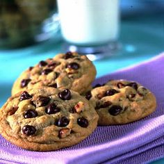 Nestle Toll House Cookies are delicious, but did you know how this homemade chocolate chip cookie recipe originated? Chip Cookie Recipe, Cookie Recipes, Dessert Recipes, Lunch Recipes, Just Desserts, Delicious Desserts, Delicious Cookies, Yummy Food, Healthy Food