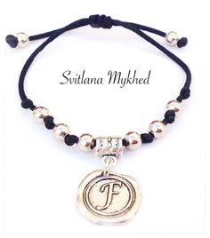 """Bracelet homme ou femme personnalisé avec Initiale """"F. Perles et médaillon mètal argentè : Bracelet par perles-et-couronnes"""