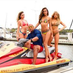 El actor junto a la cantante mexicana Belinda, Izabel Goulart y Charlotte McKinney, sus compañeras de reparto en la película 'Los vigilantes de la playa', que se estrena en 2017.