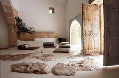 This beautiful house in Finca Sa Pedra, Mallorca is like a dream come true. Light-flooded rooms, rough stones, white walls, and minimalist interior design create an amazing environment where design meets nature in the most natural way. Hall Interior, Interior And Exterior, Interior Design, Stone Interior, Natural Interior, Sas Entree, Magazine Deco, Interior Minimalista, Style Deco