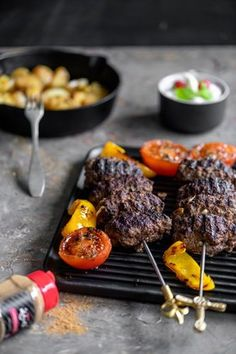 Lakritsi sopii mainiosti myös lämpimiin ruokiin. Nämä herkulliset kebakot voit valmistaa uunissa, grillissä tai pannulla. Voit muotoilla massan myös pihveiksi ja paistaa hampurilaisten väliin. Tzatziki, Chili, Steak, Beef, Food, Meat, Chile, Essen, Steaks