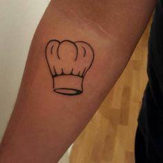 Tatuaje del característico gorro de un chef situado en el...
