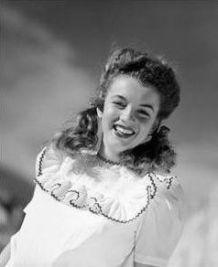 Le véritable nom de Marilyn Monroe est Norma Jeane Mortenson. Elle est née le 1er juin 1926 à Los Angeles. Elle fut également connue sous le nom de Norma Jeane Becker, Becker étant le nom du premier époux de sa mère.