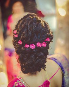 Pre-Wedding Hairstyles for Mehndi Haldi or more functions! Indian Wedding Hairstyles, Bride Hairstyles, Cool Hairstyles, Hairstyle Wedding, Beautiful Hairstyles, Hairdos, Mehndi, Curly Hair Styles, Natural Hair Styles