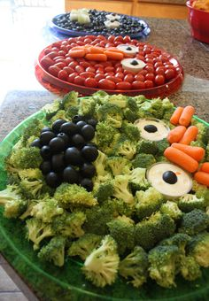 Roundup of Sesame Street food ideas for your kid's party. Fun food ideas with Cookie Monster, Big Bird, Elmo, Oscar and more. Monster Party, Monster Food, Monster Birthday Parties, Elmo Party, Elmo Birthday, Birthday Ideas, Veggie Monster, Monster Eyes, Mickey Party