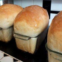 COMPARTILHAR RECEITA! INGREDIENTES: 2 copos (americano) de leite morno 2 ovos inteiros 50 g de fermento fresco 1/2 copo (americano) de óleo 1 xícara (chá) de açúcar 1 kg de farinha de trigo sem fermento (reserve uma xícara e só use-a se for necessário) 1/2 colher (sopa) de sal MODO DE PREPARO: Bata no liquidificador …