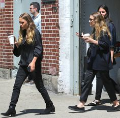 Mary-Kate and Ashley Olsen in New York City with classic all black looks. #style #fashion #olsentwins #blackonblack