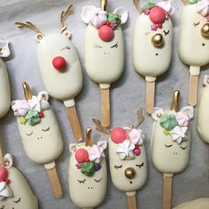 Christmas Ice Cream, Christmas Cake Pops, Christmas Desserts, Christmas Treats, Holiday Baking, Christmas Baking, Paletas Chocolate, Magnum Paleta, Chocolate Covered Treats
