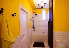 Желтая ванная, интерьер ванной с душевой