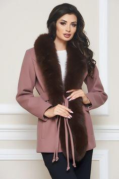 Die Wolljacke von BlueMary zeigt sich in taillierter Passform mit Bindegürtel und Hackenverschluss. Mantel, Fur Coat, Boutique, Shopping, Fashion, Fur, Jackets, Clothes, Moda