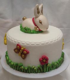 TUTORIAL - Un tenerissimo amico che vi farà compagnia con la sua simpatia. Il coniglietto di primavera conosciuto anche come Easter Bunny, delizierà con la sua innata delicatezza tutti voi. Occorrente: 1 torta da 15 cm di diametro 400 g di pasta di zucchero bianca 50 g di pasta di zucchero rossa 200...