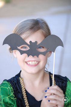 Planning a Halloween Party? Print free Halloween Photo Booth props & let your guests ham it up for the camera! Includes, Frankenstein, Harry Potter & more! Halloween Crafts For Kids, Halloween Projects, Holidays Halloween, Halloween Kids, Halloween Photo Booth Props, Halloween Photos, Halloween Masks, Helloween Party, Mascaras Halloween