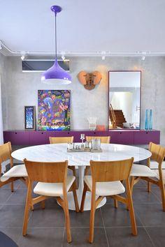 Sala roxa e cinza digna de revista de decoração