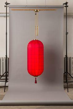 Secret Twilight: Yves Saint Laurents legendäre China-Kollektion von 1977 inspirierte die Farben der Seidenschirme – und mit geschärften Sinnen spüren wir einen Hauch seines betörenden »Opium«-Parfums.