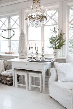 Great Candle Vignette for Candle Impressions Flameless Tapers -- white, bright, and festive for Christmas! Christmas Interiors, White Rooms, Home And Deco, Shabby Vintage, White Houses, White Decor, Shabby Chic Decor, Decoration, Cottage Style