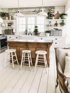 kitchen decor ideas Amazing Modern Farmhouse Kitchen Design A farmhouse-style sink is a wonderful alternative for homeowners to install in their houses. A kitchen is still a middle Cozinha Shabby Chic, Shabby Chic Kitchen, Home Decor Kitchen, Kitchen Interior, New Kitchen, Kitchen Ideas, Decorating Kitchen, Room Interior, Farmhouse Kitchen Tables