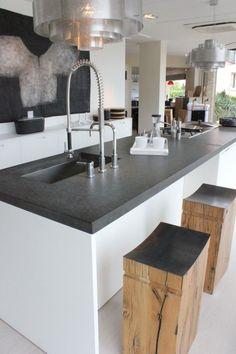On aime le contraste blanc / noir avec la finition en pierre du plan de travail.