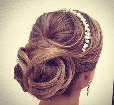 Penteado coque baixo sofisticado despojado. Penteado para noivas