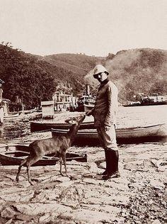 Bir zamanlar İstanbul...Tahminen 1913 yılında Anadolu Kavağında bir Osmanlı askerinin elinden yemlenen karaca...