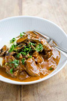 Paprikagryde med svinekød og champignoner Cook N, Danish Food, Tasty, Yummy Food, I Love Food, Healthy Recipes, Healthy Foods, Yummy Recipes, Curry