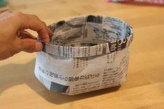 とっても便利!新聞紙で作った小さめサイズのゴミ箱です↓机の上に置いておけば、付箋などの出てきたゴミをポイポイっと入れて、最後はそのままクシャッとにぎってゴミ箱へ。作り方メモ(上写真のサイズ): 新聞紙を半分に切り、半分に折る。(輪が下です