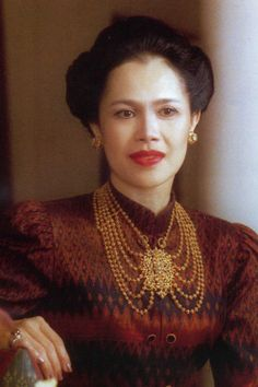Her Majesty Queen Sirikit of Thailand King Bhumipol, King Rama 9, King Queen, Thai Traditional Dress, Traditional Outfits, Queen Sirikit, Bhumibol Adulyadej, Royal Jewelry, High Society