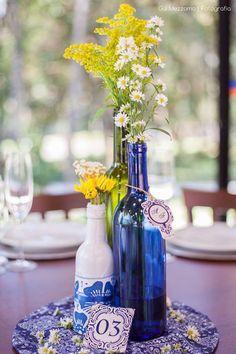 decoração de casamento azul e amarelo e garrafas e galhos - Pesquisa Google