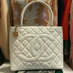 Details about Auth CHANEL Caviar Medallion Tote LightBrown Patent Leather Tote B. Details about Au Burberry Handbags, Chanel Handbags, Louis Vuitton Handbags, Fashion Handbags, Purses And Handbags, Fashion Bags, Trendy Fashion, Luxury Purses, Luxury Bags
