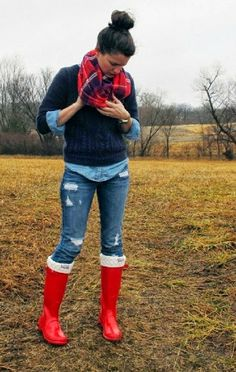 red rain boots, button down blouse, distressed skinny jeans, navy blue sweater, red plaid scarf What to wear with my leggings Look Fashion, Street Fashion, Womens Fashion, Fall Fashion, Fashion Trends, Prep Fashion, Rainy Day Fashion, Office Fashion, Fashion Shoes