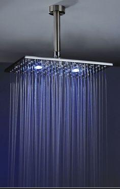 Chuveiro sde teto e lede uma das novas tendências para banheiros.
