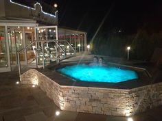 Entspannen und Relaxen im Außenwhirlpool im Zillertal. Jacuzzi Outdoor, Wellness Spa, Mountain Hiking, Outdoor Living, Outdoor Decor, Hotel Spa, Held, Outdoors, Spaces