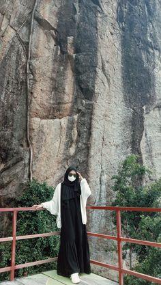Casual Hijab Outfit, Ootd Hijab, Muslim Girls Photos, Ootd Poses, Renz, Hijab Cartoon, Islamic Girl, Creative Instagram Stories, Beautiful Hijab