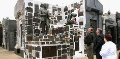 Miles de turistas visitan todos los años la tumba del cantante Carlos Gardel en el cementerio de Chacarita, ubicado en Buenos Aires. |  ARCHIVO