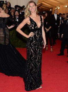 Muy sensual la modelo en la Gala del MET de este 2014 con un vestido negro de seda y terciopelo con transparencias de Balenciaga, accesorios del mismo color y joyas de esmeraldas de Fred Leighton.