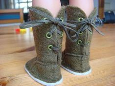 Tutoriel bottes===site is in french but, picture tutorial says it all. American Girl Outfits, American Girl Doll Shoes, American Girl Diy, American Doll Clothes, Sewing Doll Clothes, Sewing Dolls, Girl Doll Clothes, Girl Dolls, Ag Dolls