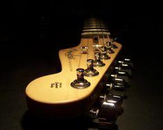 Het beeld, gitaar, strijkers, donker