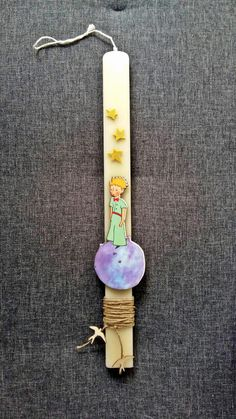 "Χειροποίητη λαμπάδα ""Μικρός Πρίγκιπας"" (handmade easter candle ""Little Prince"") , made by Lemon Garden Creations Easter Projects, Easter Crafts, Holiday Crafts, Craft Stick Crafts, Crafts To Do, Greek Easter, Candle Art, Palm Sunday, Ideias Diy"