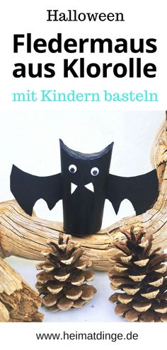"Fledermaus basteln: Flattermann ""Kurt"" als Halloween Party Held - Tinker bat with children from toilet paper roll. Make Halloween party decorations yourself. The Upcyling decoration is perfect as a ta Halloween Party Kinder, Halloween Mono, Halloween School Treats, Pretty Halloween, Halloween Snacks, Halloween Party Decor, Easy Halloween, Halloween Cupcakes, Vintage Halloween"