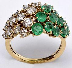 f814fe265df9f Anel de ouro amarelo 18k, com aprox  13 diamantes e 13 esmeraldas. Aro 20.  Peso  6,1 g.