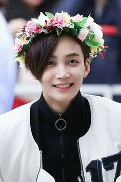 how does he look so manly while wearing a flower crown. Woozi, Mingyu Wonwoo, Seungkwan, Seventeen Memes, Jeonghan Seventeen, Seventeen Debut, Jisoo Seventeen, Hip Hop, Vernon