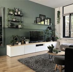 Woonkamer-met-witte-tvkast-en-groene-muur Living room with white TV cabinet and green wall Living Room Green, Living Room Tv, Home And Living, Apartment Living, Tv Wall Ideas Living Room, Apartment Interior, Living Room Wall Colors, Living Room Accent Wall, Wall Cabinets Living Room
