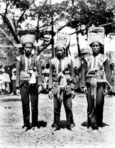Beambten van het hof van Bima, Soembawa. 1925-1932