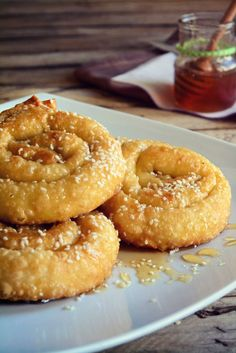 Σαρικόπιτες Παραδοσιακές Κρήτης Greek Sweets, Greek Desserts, Greek Recipes, Wine Recipes, Cooking Recipes, Cookie Dough Pie, Greek Cake, My Favorite Food, Favorite Recipes