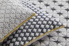 Coussin rectangulaire brodé à la main en tissu Collection Silaï by GAN By Gandia Blasco | design Charlotte Lancelot