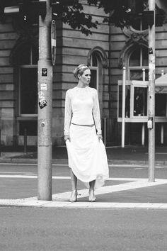 Welcome modern bride! Hier findest du urbane Brautkleider, die mit cleanem Design absolut am Zahn der Zeit sind. Moderne Lieblingsstücke für selbstbewusste Bräute wie dich, die Tragekomfort und Style lieben, siehe selbst!