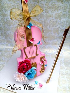 I do love my music instruments and I am excited to share with you this new structure (gravity define) that doesn't require wood. The video will be available online at Learn Cake Decorating Online from 1st of July....